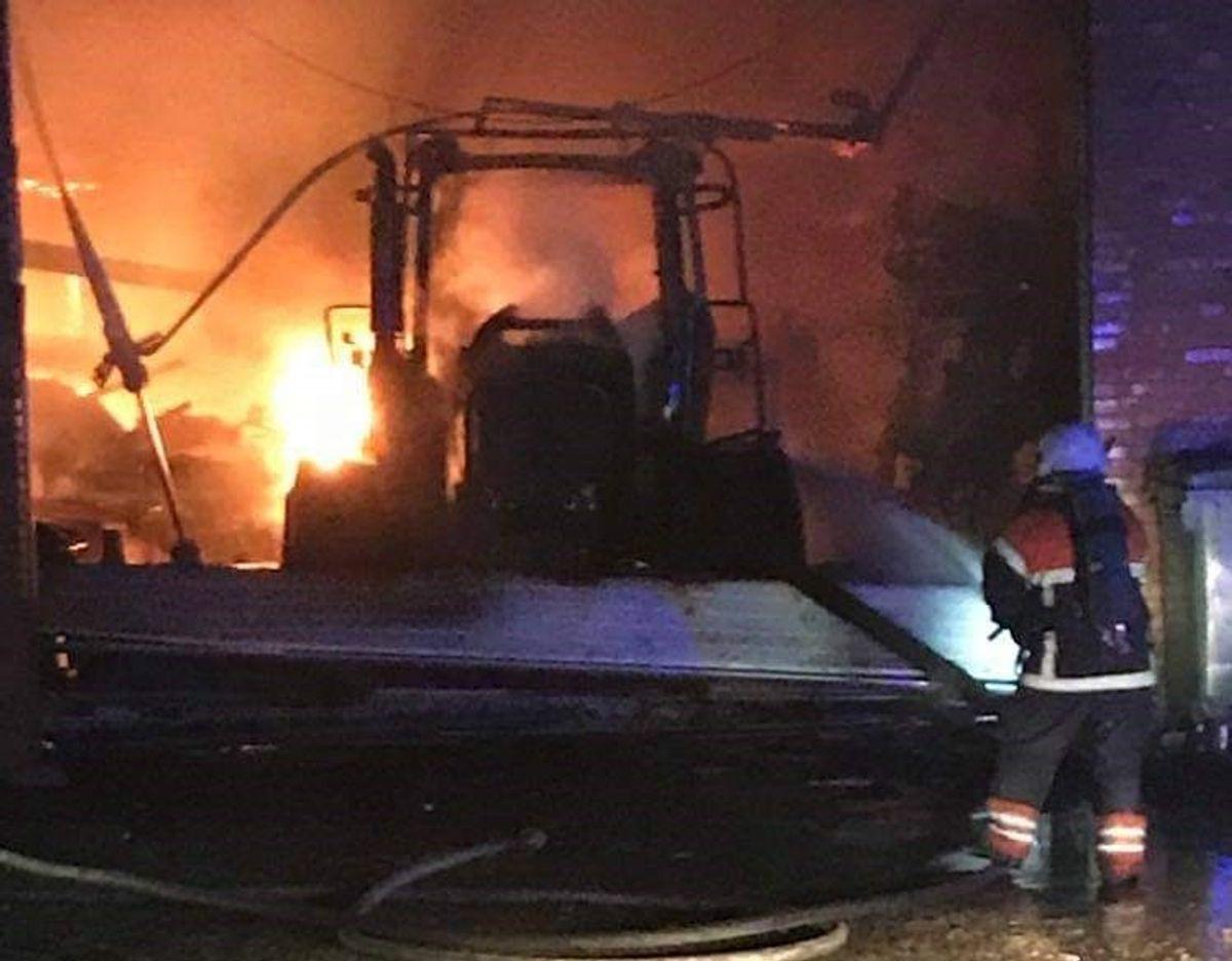 Det var en traktor i en lade, der var gået ild i. Ilden havde spredt sig til taget på en tilstødende længe. Foto: Øxenholt Foto