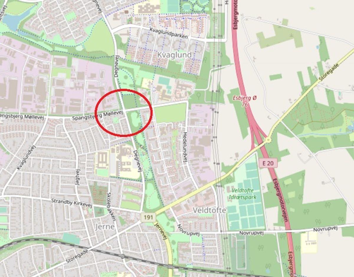Her i krydset Degnevej – Spangsbjerg Møllevej skete uheldet, som politiet søger vidner til. Foto: OpenStreetMap-bidragsydere.