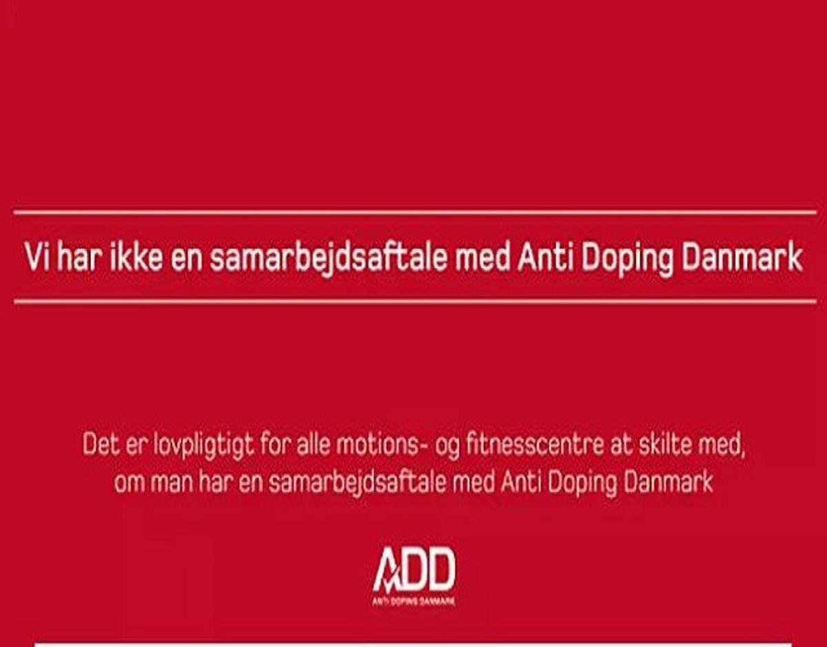 Alle kommercielle fitnesscentre er lovmæssigt forpligtet til at skilte med, hvorvidt de har en samarbejdsaftale med ADD – den såkaldte mærkningsordning. Det skal ske med det lovpligtige klistermærke på billedet her. – Foto: Anti Doping Danmark/