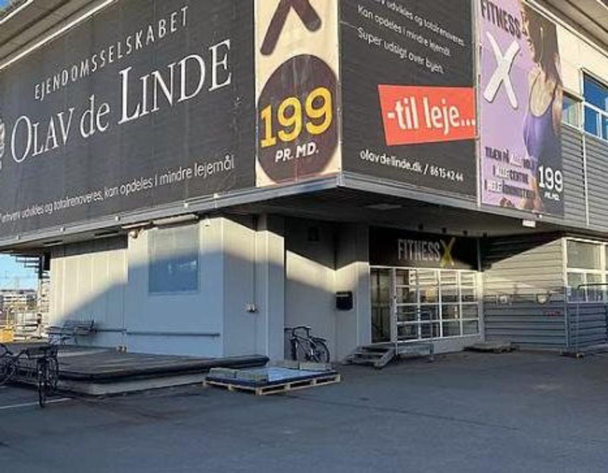 FitnessX har lige nu afdelinger fire steder i Aarhus. Her ses centeret på Ankersgade. Derudover er der fitnesscentre ved Primet, i Bazar Vest og Viby Centret. – Foto: TV2 Østjylland / Alle kommercielle fitnesscentre er lovmæssigt forpligtet til at skilte med, hvorvidt de har en samarbejdsaftale med ADD – den såkaldte mærkningsordning. Det skal ske med det lovpligtige klistermærke på billedet her. – Foto: Anti Doping Danmark/