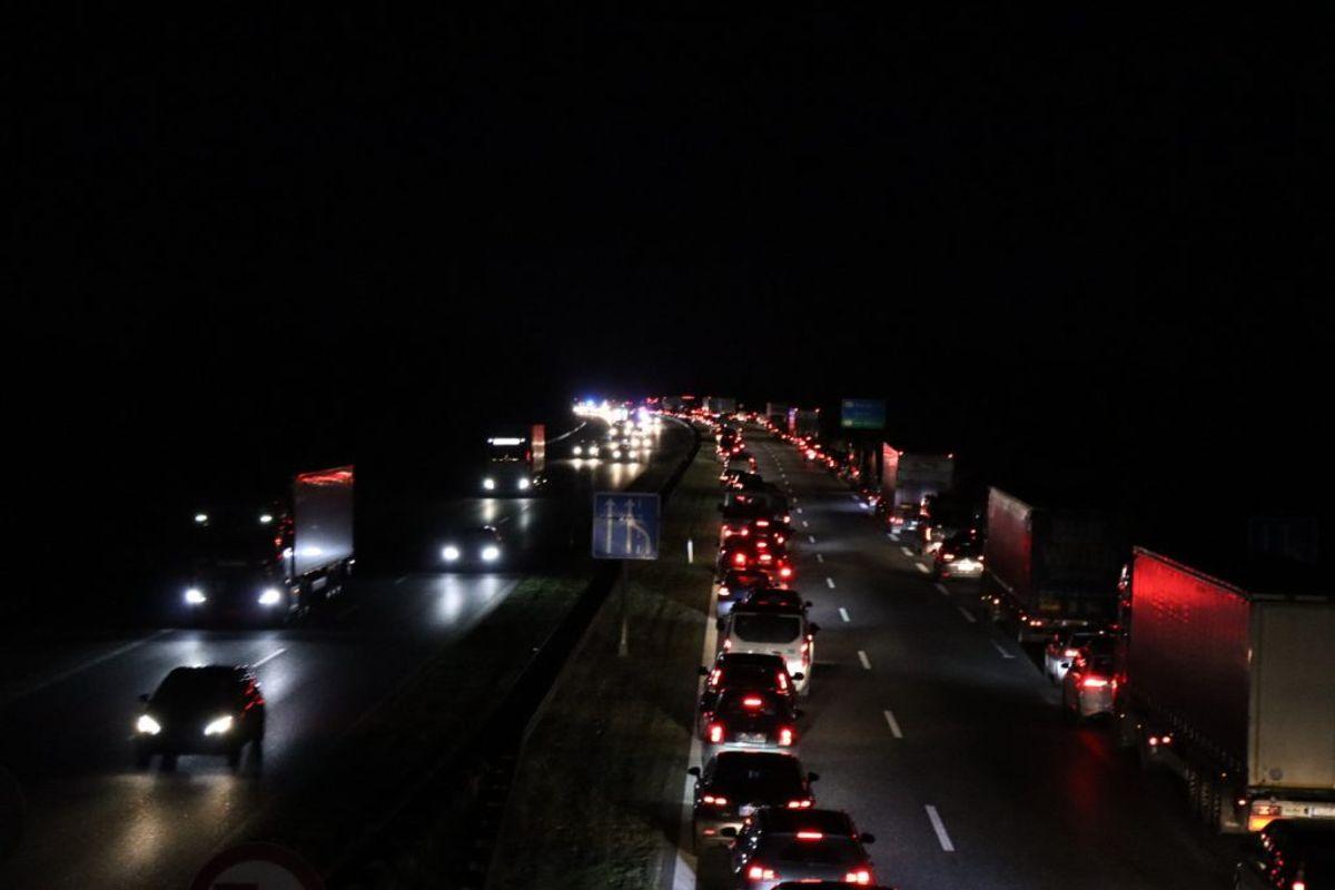 En bil på taget spærrer lige nu motorvejen. KLIK for flere billeder. Foto: Presse-fotos.dk.