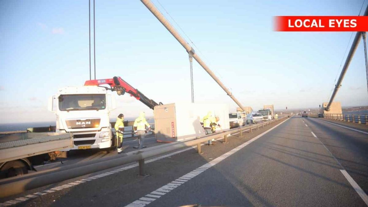 En påhængsvogn er væltet på Storebæltsbroen. I retningen mod Fyn er der spærret for al trafik. Foto: Local Eyes
