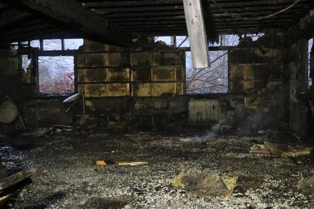 Der er sket voldsomme indvendige ødelæggelser i bygningen. Klik videre og se flere billeder. Foto: Øxenholt Foto
