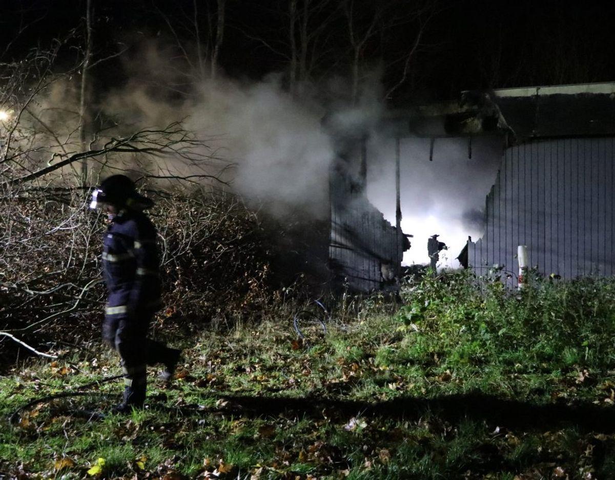 Brandvæsnet på stedet torsdag morgen. Foto: Øxenholt Foto.