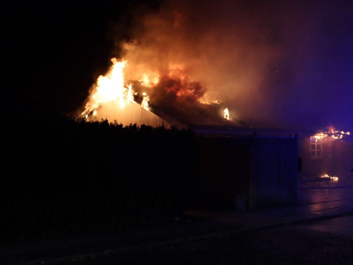 Den voldsomme brand gik ud over en villa på Bag Engvælden i Dragør. Foto: Presse-fotos.dk.