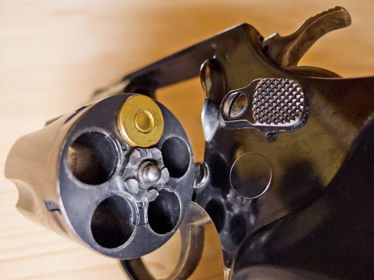 Politiet har i en større aktion fundet både våben, ammunition og kontanter. Arkivfoto.