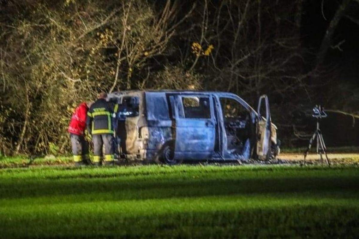 Politi og brandvæsen ved udbrændt varevogn. Foto: Presse-fotos.dk