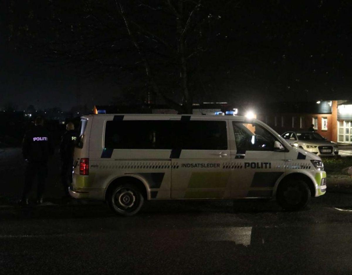 Politiet spærrede tre områder af, som blev afsøgt med hunde. Foto: Øxenholt Foto