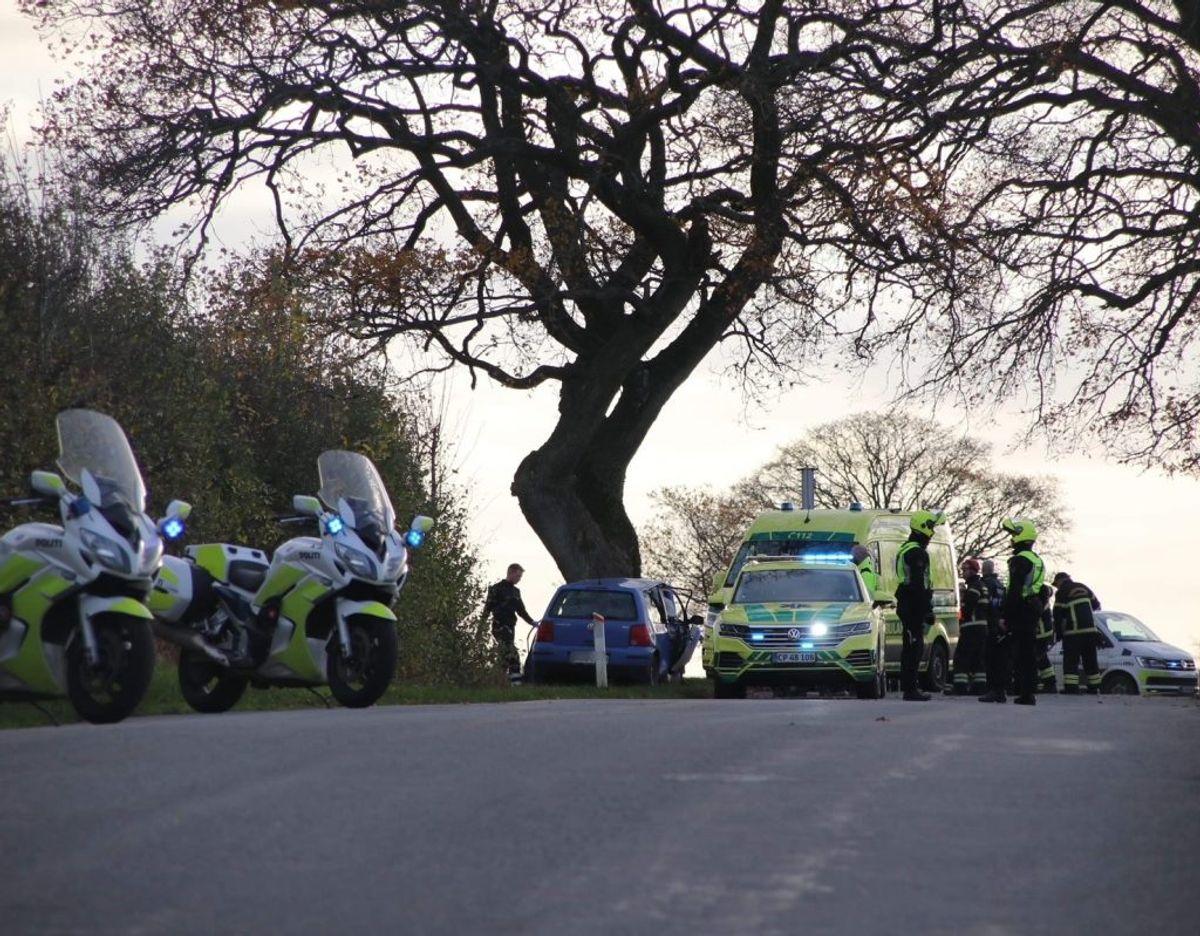 Mandag eftermiddag blev en 26-årig mand dræbt i en soloulykke. Det efterforskes som selvmord. KLIK VIDERE OG SE FLERE BILLEDER. Foto: Presse-fotos.dk