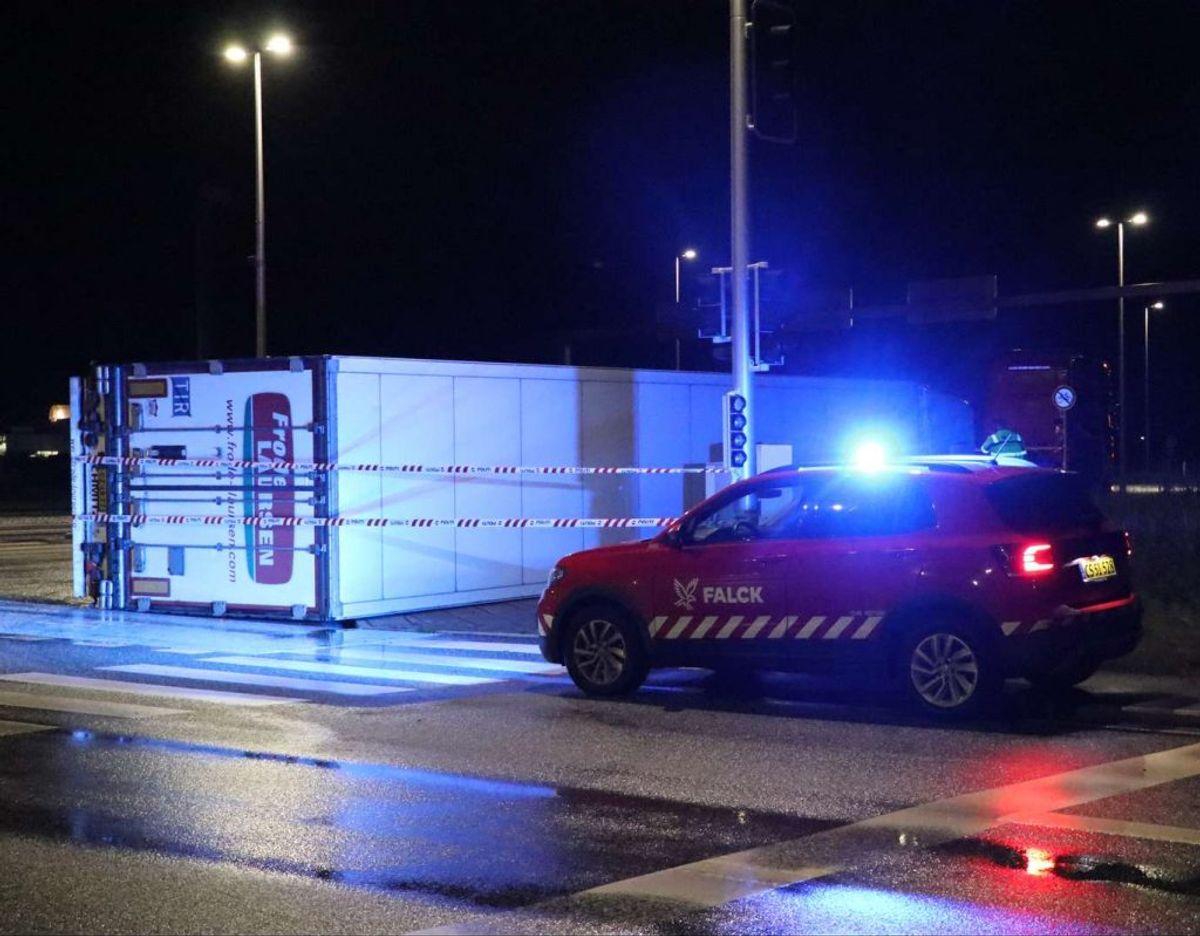 Lastbilen er væltet i krydset Nordre Ringvej og Struer Landevej. Foto: Øxenholt Foto
