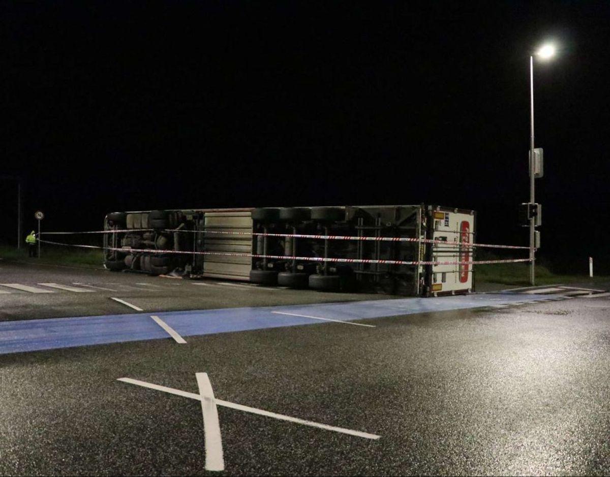 Omkring midnat væltede en lastbil i et kryds i Holstebro. Det giver stadig problemer tirsdag morgen og formiddag. KLIK VIDERE OG SE FLERE BILLEDER. Foto: Øxenholt Foto