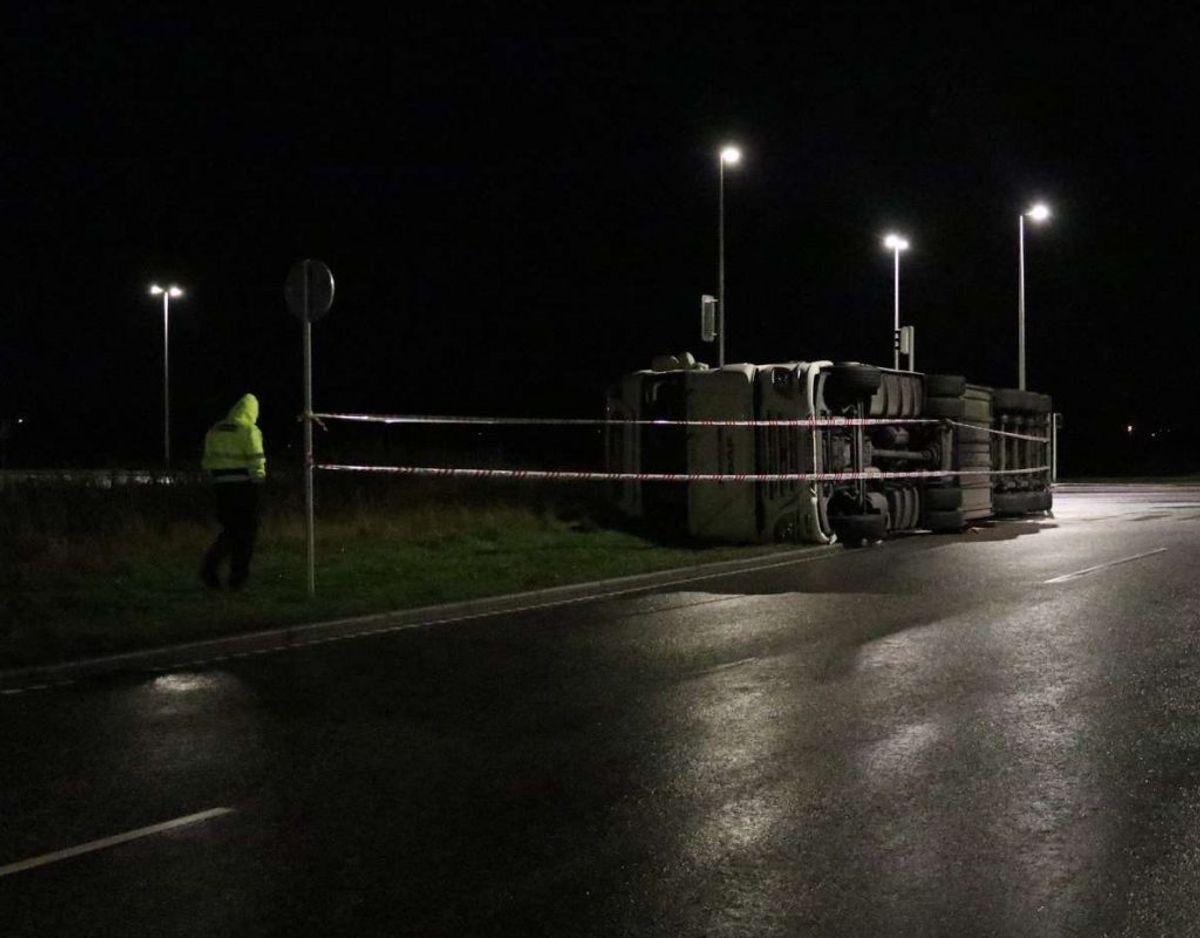 Lastbilen kan passeres, men bilister skal regne med, at de kan blive forsinkede fra arbejdet i krydset. Foto: Øxenholt Foto