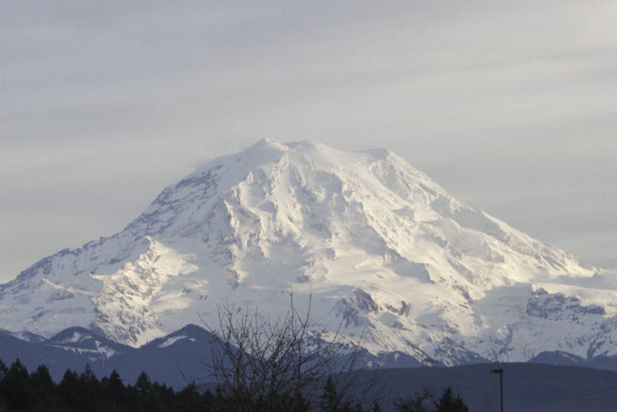 Den fortsat aktive, knap 4400 meter høje vulkan Mount Rainier dannede sidste weekend ramme om en dramatisk redningsaktion. (Arkivfoto.) Foto: Robert Sorbo/Reuters