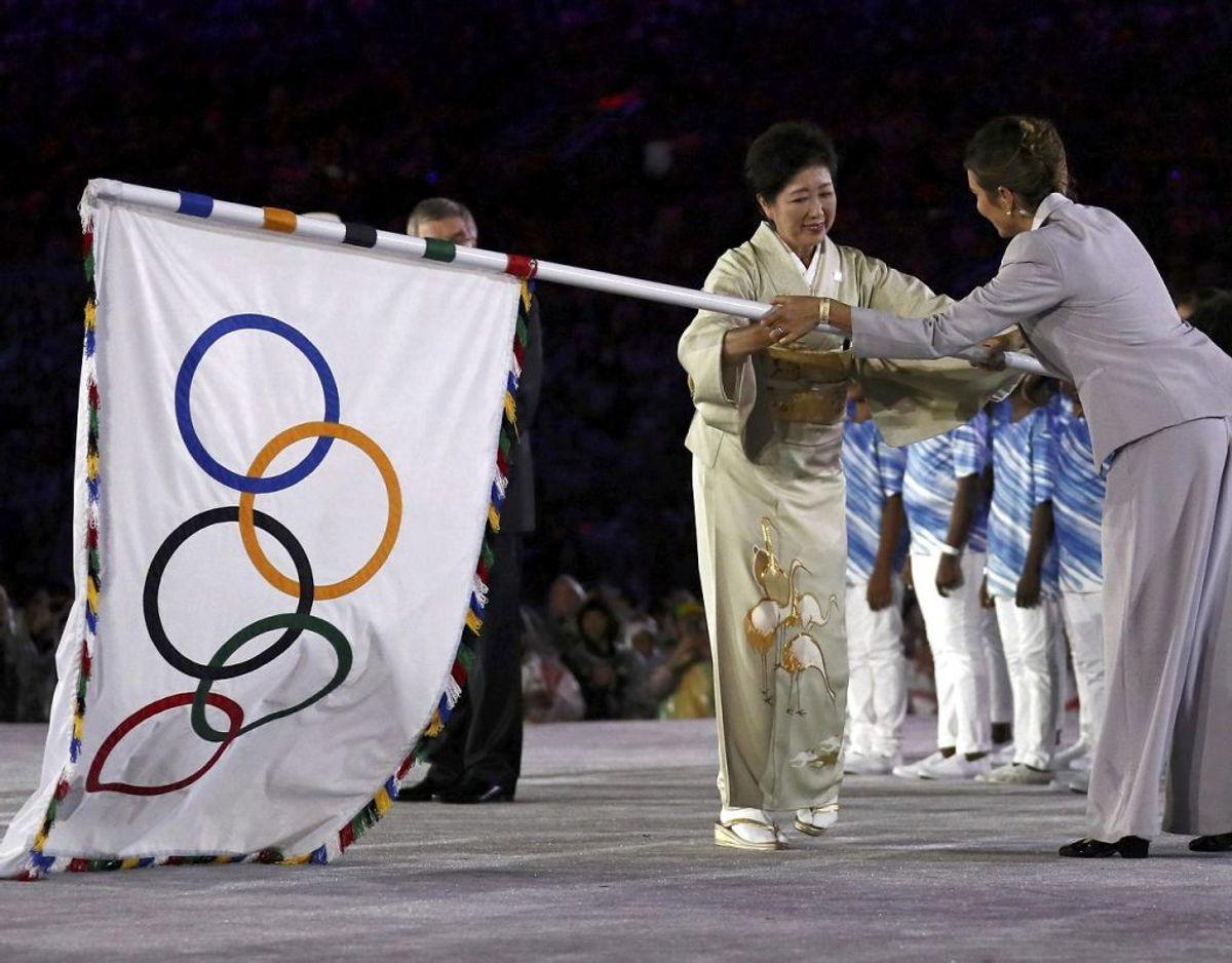 Billedet her er fra OL afslutningsceremonien i Rio de Janeiro, Brasilien, i 2016, hvor den olympiske fane blev overgivet til en repræsentant for den japanske OL organisation. Foto: Scanpix/REUTERS/Stefan Wermuth