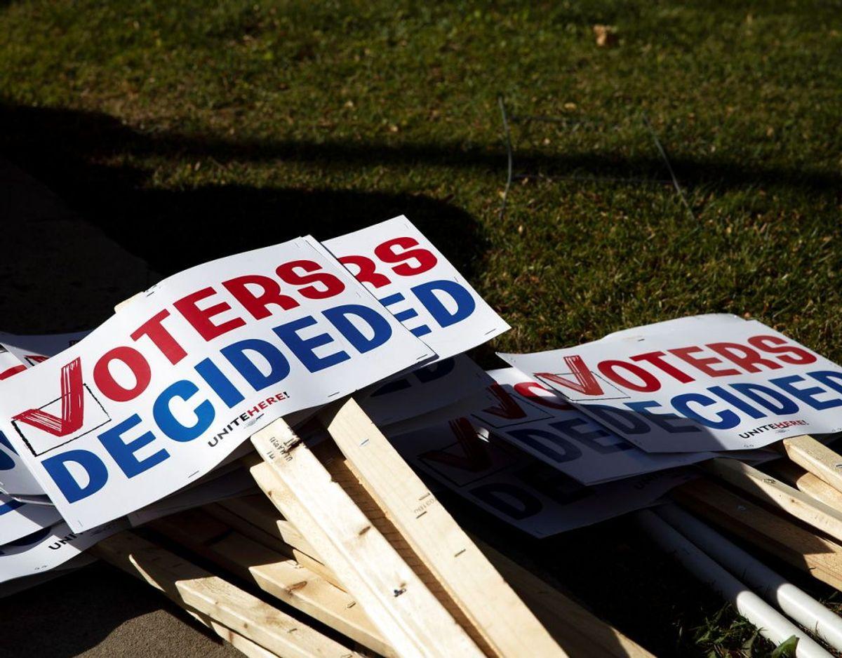 Et kor af Trump-støtter tror, at døde mennesker har afgivet stemme ved præsidentvalget i staten Michigan. Påstanden er blevet afvist af lokale myndigheder. Modtager myndighederne i Michigan en stemmeseddel fra en død person, bliver stemmen ikke talt med. Foto: Scanpix/Emily Elconin