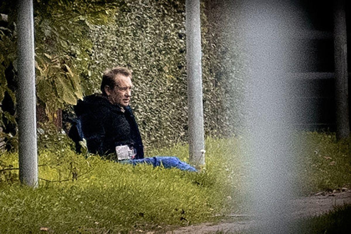 Peter Madsen nåede ikke mange minutter på fri fod, før han blev pågrebet. Han sad i nogle timer på et stykke græs, mens politiet skulle være sikre på, at det bælte, der lignede et bombebælte, ikke var ægte. Foto: Nils Meilvang/Scanpix