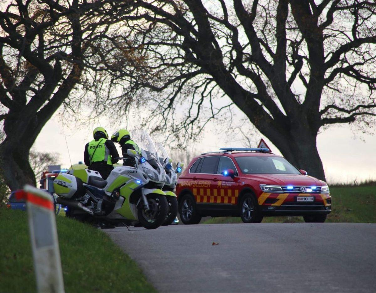 Vejen er totalt spærret for trafik på grund af en alvorlig ulykke. KLIK for mere. Foto: Presse-fotos.dk.