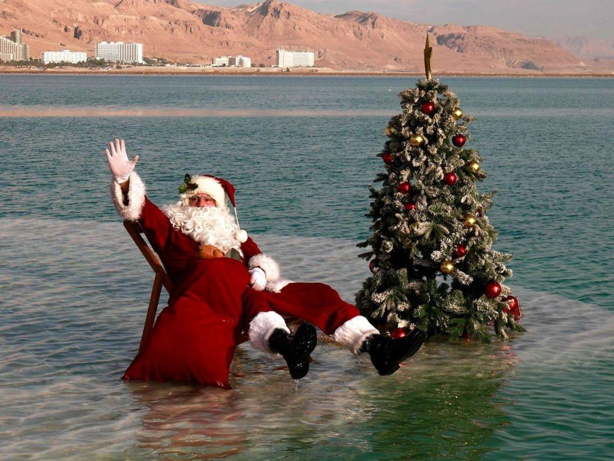 Julemanden midt på en salt-ø i en salt-sø. Foto: MENAHEM KAHANA/Scanpix.