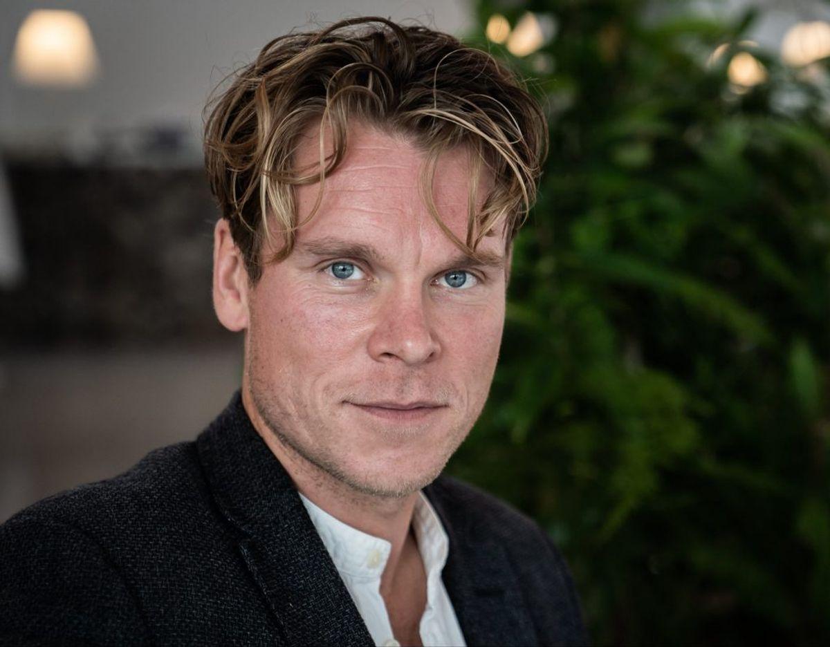 """Thue Ersted Rasmussen nyder at være tilbage i rollen som revervelægen Christian Friis i """"Sygeplejeskolen"""". – Jeg har min mor, som er sygeplejerske, og nogle venner, som er læger, jeg altid kan ringe til, hvis jeg har nogle spørgsmål til de kirurgiske scener eller lingoet omkring at være på et hospital, fortæller skuespilleren. – Foto: Emil Helms/Ritzau Scanpix."""