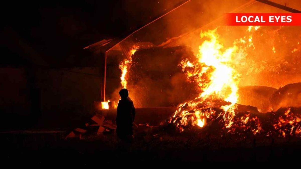 En længe med halmballer er i flammer. Foto: Local Eyes