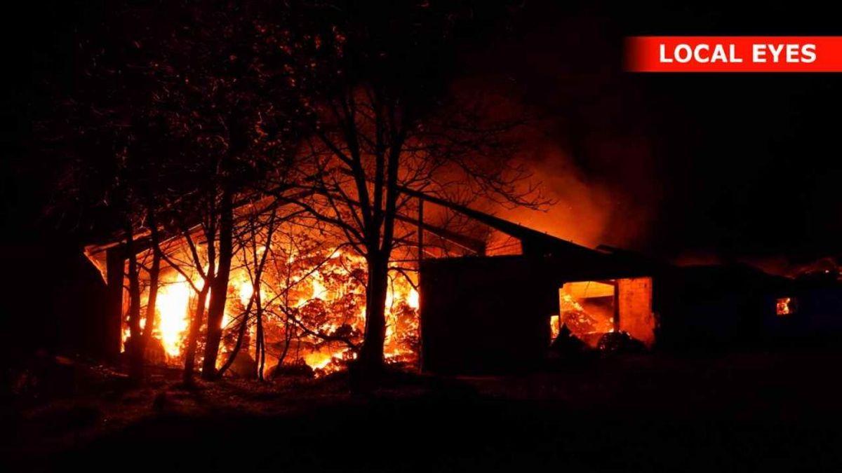 Der foretages en planlagt nedbrænding, da der ikke er ressourcer til at slukke branden. Foto: Local Eyes