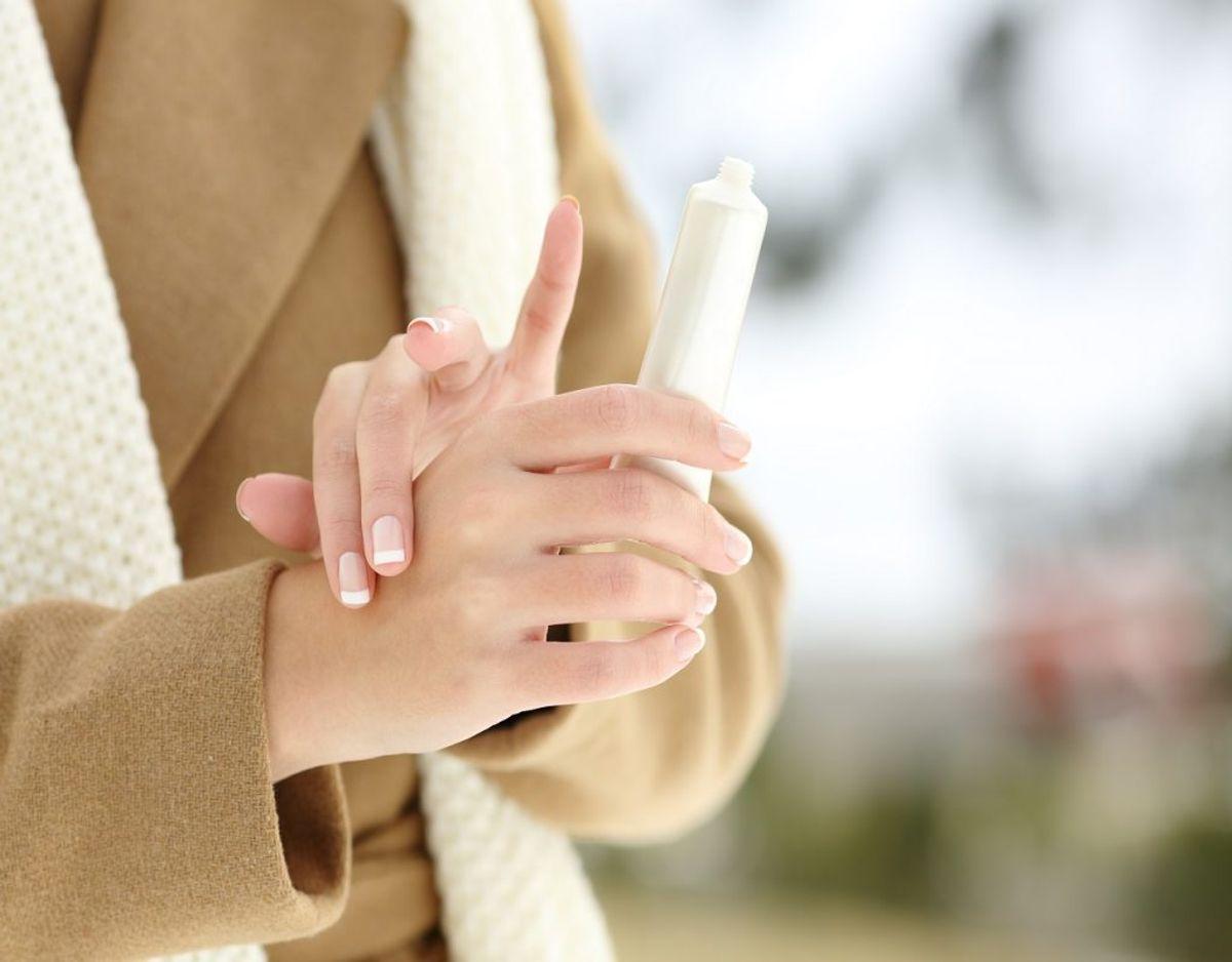 De kolde hænder kan også skyldes vitamin B-12-mangel. Du kan opleve, at dine fingre bliver kolde og nærmest følelsesløse. Foto: Colourbox