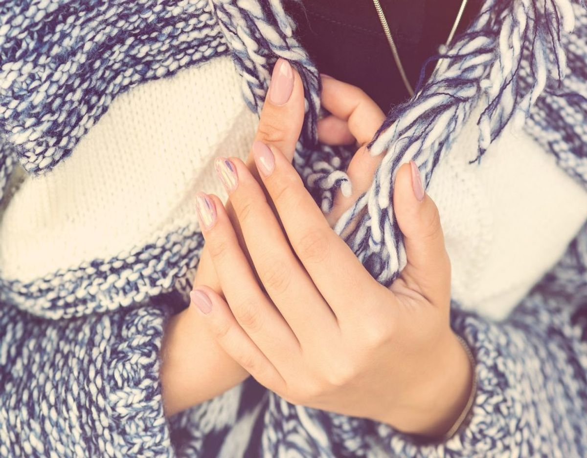 Rygning kan også ødelægge blodcirkulationen og give dig kolde hænder. Foto: Colourbox