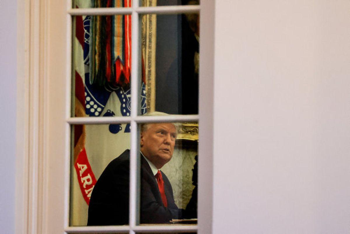 USA's præsident, Donald Trump, i Det Ovale Værelse i Det Hvide Hus. Siden præsidentvalget har han brugt hver dag på Twitter til at kalde afstemningen for svindel. Det afvises i de stater, som har ansvar for optællingen. Foto: Carlos Barria/Reuters