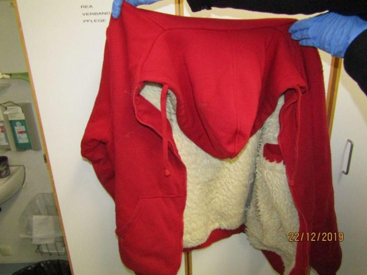 Politiet har blandt andet delt foto af denne røde hættetrøje, som manden var iført. Foto: Politiet i Berlin