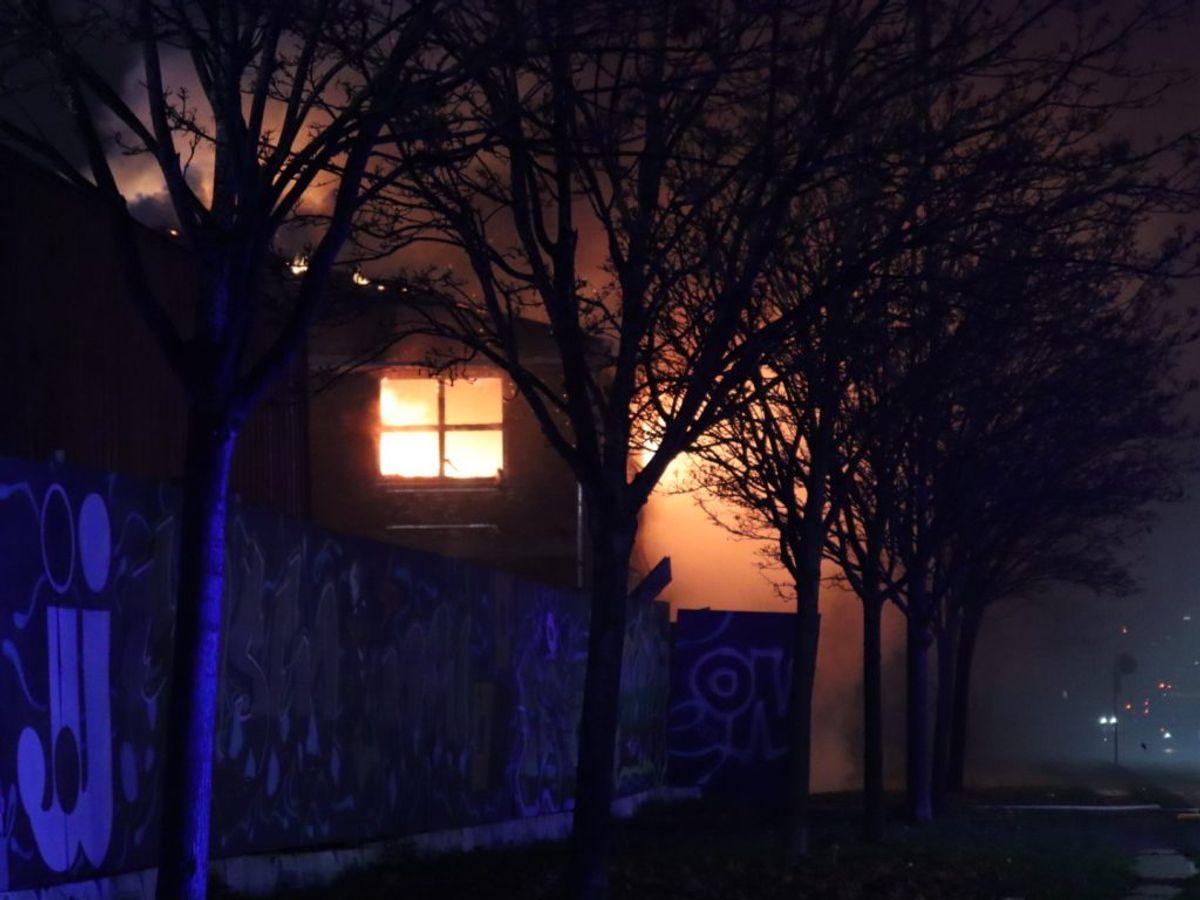 Branden har fået flere gader spærret. KLIK FOR FLER BILLEDER. Foto: Presse-fotos.dk
