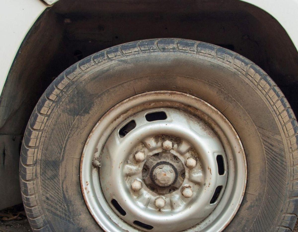 Et tabt hjul var ikke nok til at stoppe en 25-årig mand. Hverken i bil eller på gåben. Foto: Colourbox.