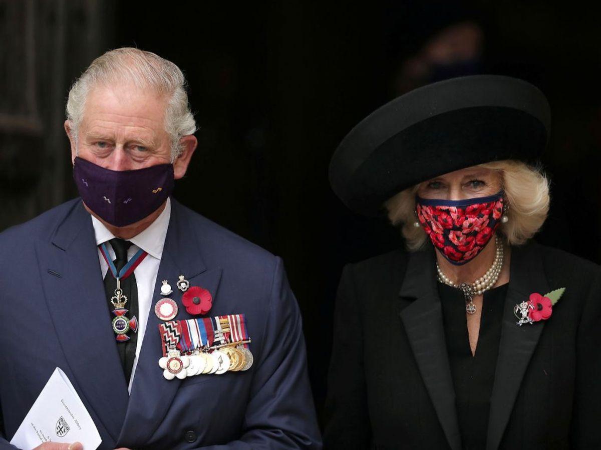 Hertuginden bar nemlig et mundbind med valmuer på, der er et mindesymbol for soldater, der døde i tjenesten. Foto: Aaron Chown/PA Wire/Pool via REUTERS
