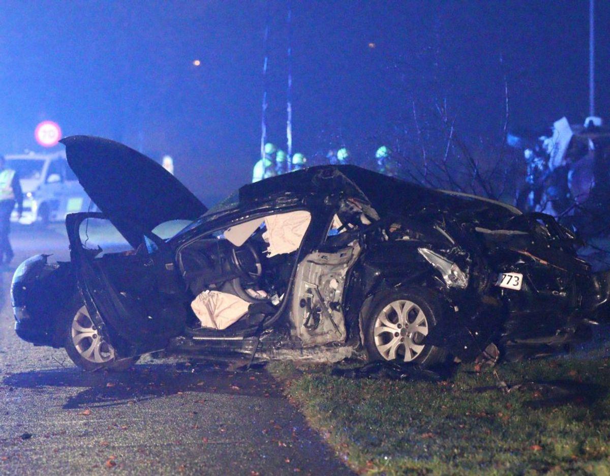 I forbindelse med en overhaling snitter to biler hinanden og kører galt. KLIK VIDERE OG SE FLERE BILLEDER. Foto: Presse-fotos.dk