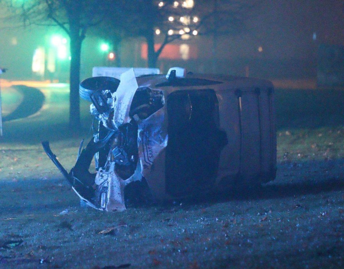 De to biler triller begge rundt. Foto: Presse-fotos.dk