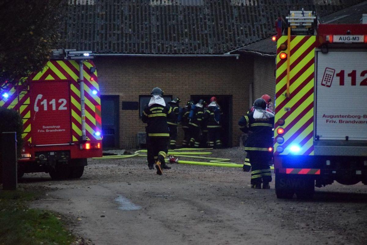 Det brænder i en gård ved Guderup. KLIK for flere billeder. Foto: Presse-fotos.dk.
