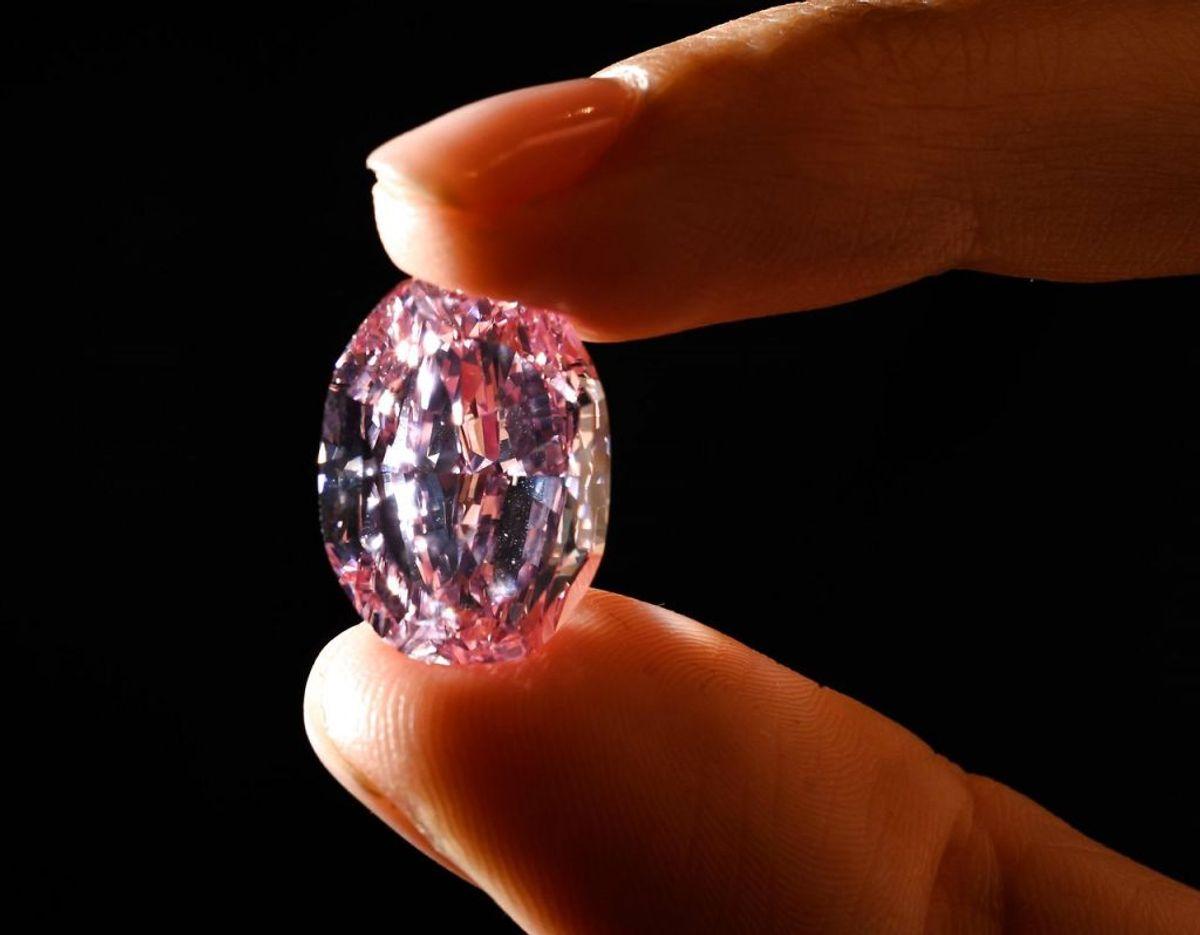 """Med sine imponerende 14.83 karat er """"The Spirit of the Rose"""" nu officielt en af verdens dyreste diamanter. KLIK VIDERE OG SE FLERE BILLEDER AF DEN UNIKKE DIAMANT. Foto: Scanpix."""