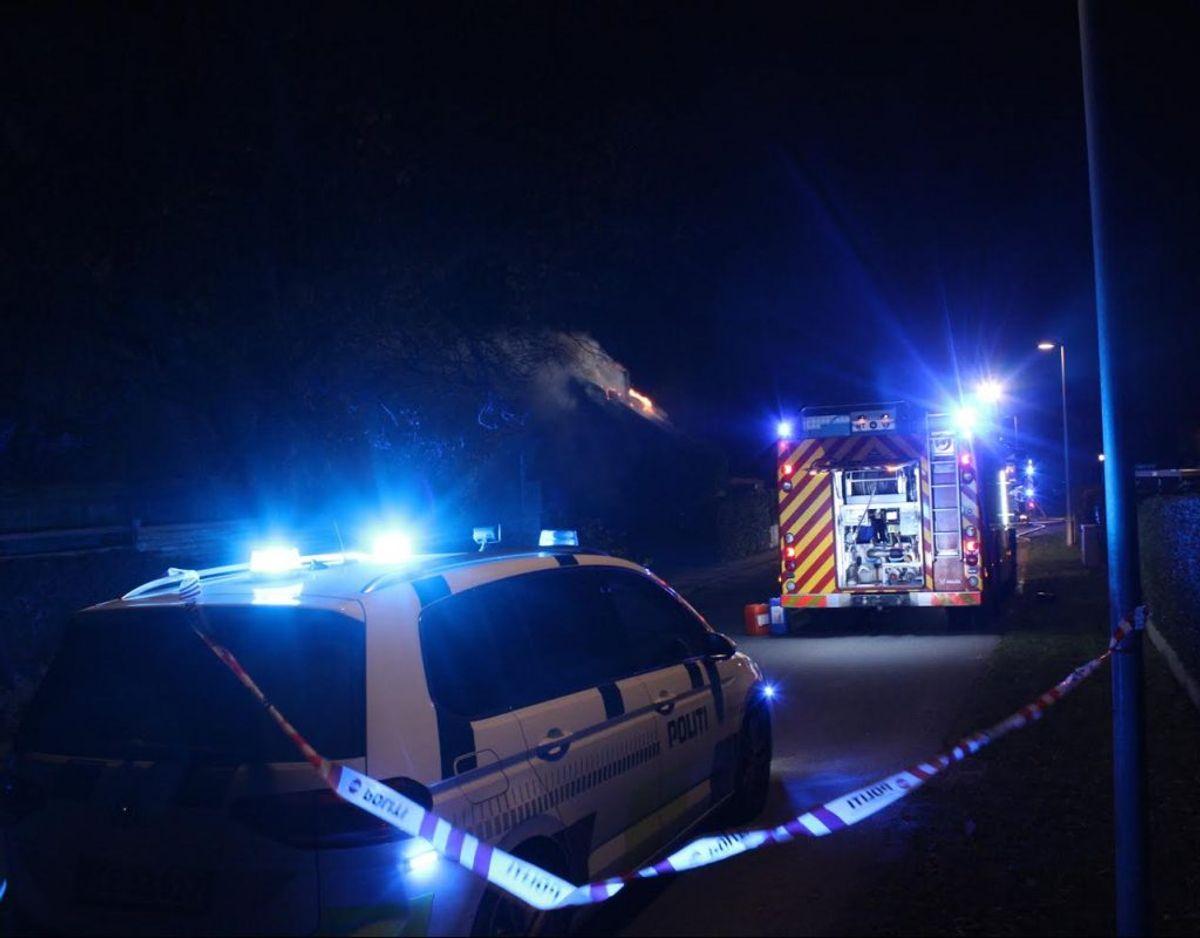 Der er ild i et stråtækt hus i Hedehusene. KLIK VIDERE OG SE FLERE BILLEDER. Foto: Presse-fotos.dk