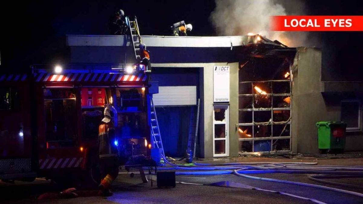 Natten til torsdag brød en brand ud i autoværksted. KLIK VIDERE OG SE FLERE BILLEDER. Foto: Local Eyes