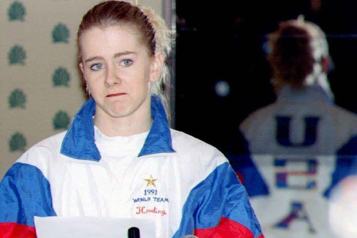 Tonya Harding i 1994, da hun læser op af en forberedt erklæring til pressen og erkender, at hun undlod at fortælle myndighederne, hvad hun vidste om overfaldet på rivalen Nancy Kerrigan. Den 12. november fylder Harding 50 år. – Foto: Craig Strong/Ritzau Scanpix.