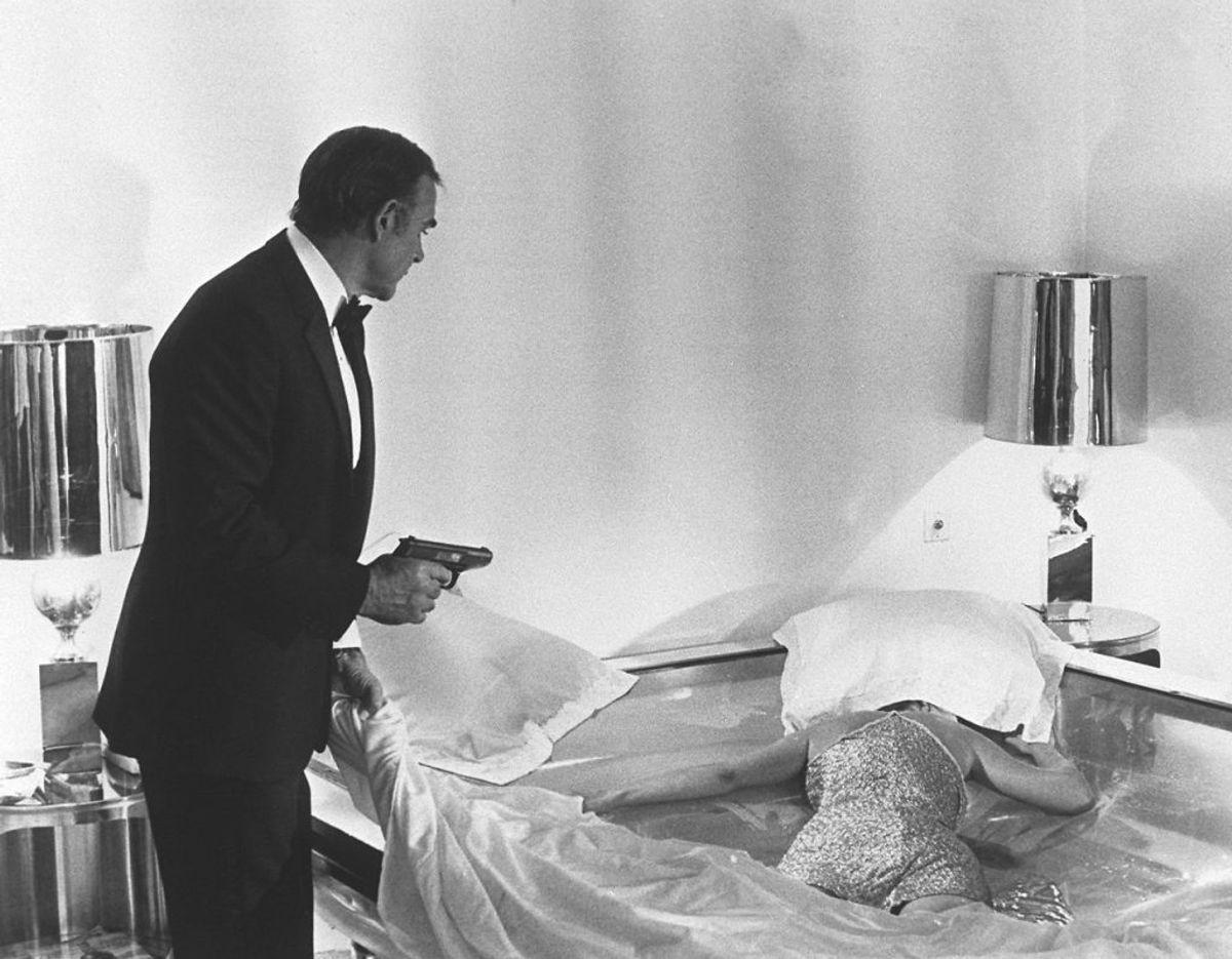 Sean Connery eller James Bond med sin legendariske Walther PP i hånden. Den forventes at få et hammerslag i omegnen af 1,3 millioner kroner ved auktionen. Foto: Scanpix/AFP