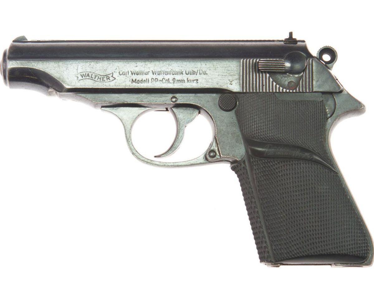 Sådan ser den ud, Walther PP pistolen, der er blevet gjort legendarisk via Sean Connery og James Bond karakteren. Foto: Scanpix/Juliens Auction/Handout via Reuters