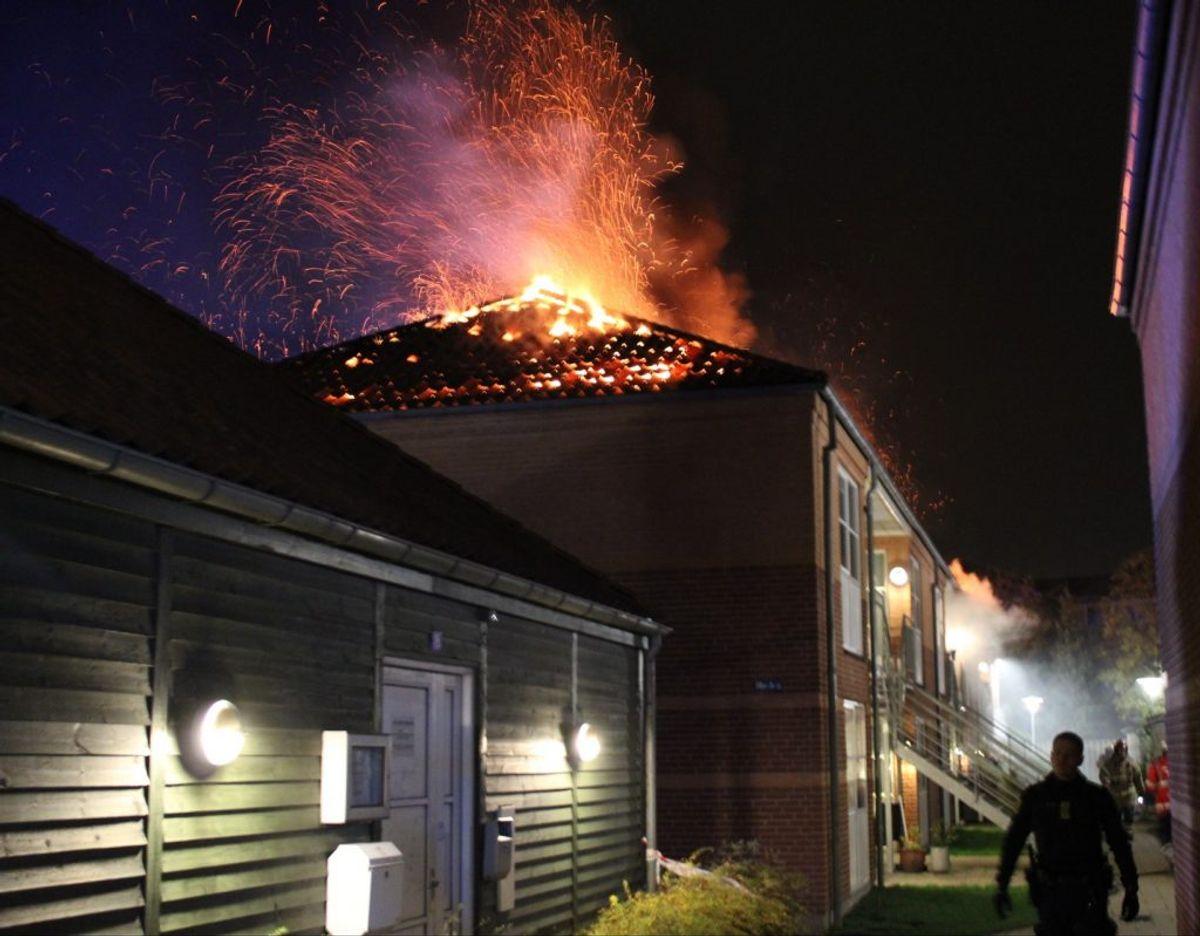 Branden i beboelses-ejendommen i nat var så voldsom at 16 personer måtte evakueres. Foto: Presse-fotos.dk. KLIK VIDERE FOR AT SE FLERE BILLEDER FRA DEN VOLDSOMME BRAND