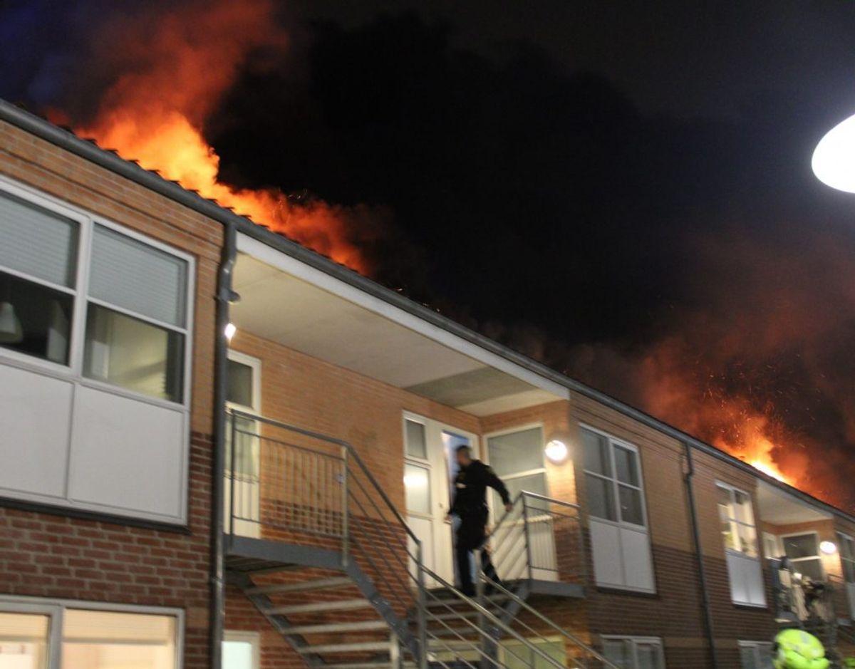 Før klokken 05.00 kunne beredskabet melde, at branden er under kontrol, men der er sket store skader på ejendommen, og indsatsen fortsætter i dagtimerne. Foto: Presse-fotos.dk.