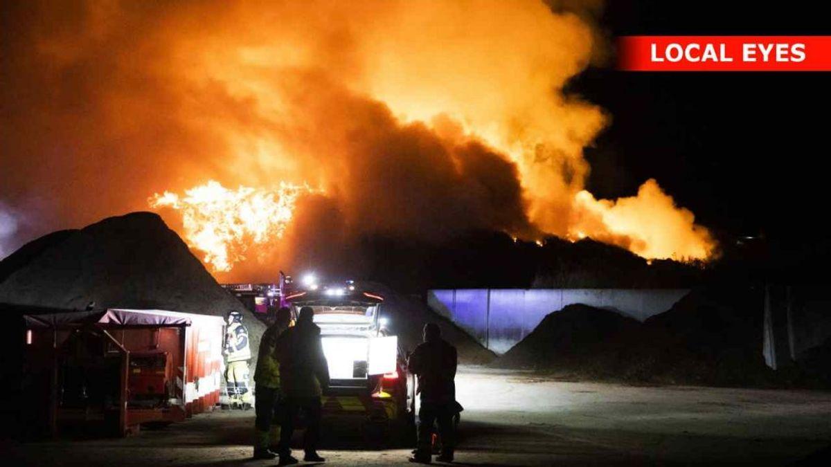 Det brænder fortsat voldsomt på en genbrugsstation i Roskilde. KLIK VIDERE FOR AT SE FLERE BILLEDER FRA STEDET. Foto: Local Eyes.