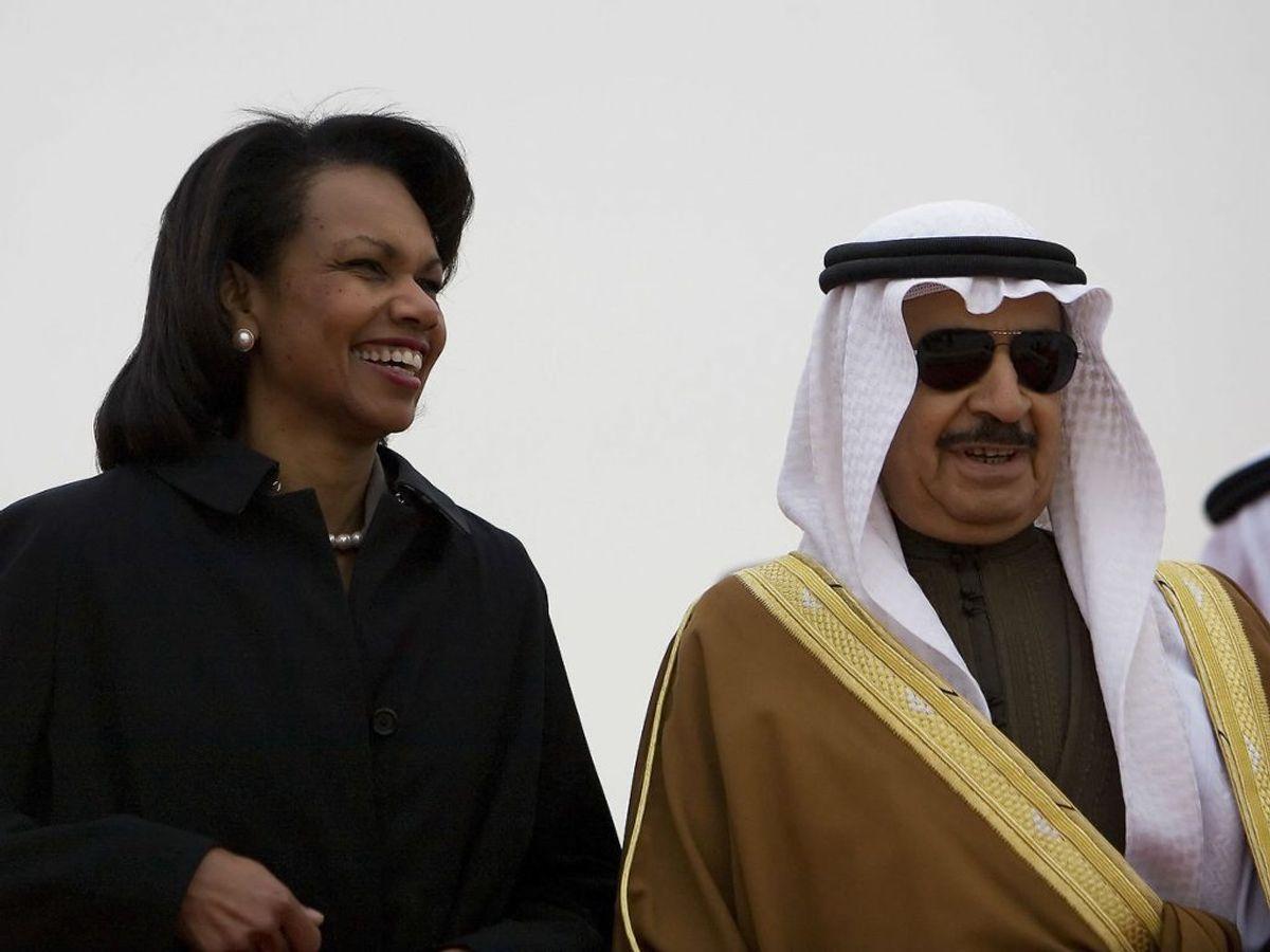 Her ses han med Condoleezza Rice. Foto:  Jim WATSON/Scanpix.