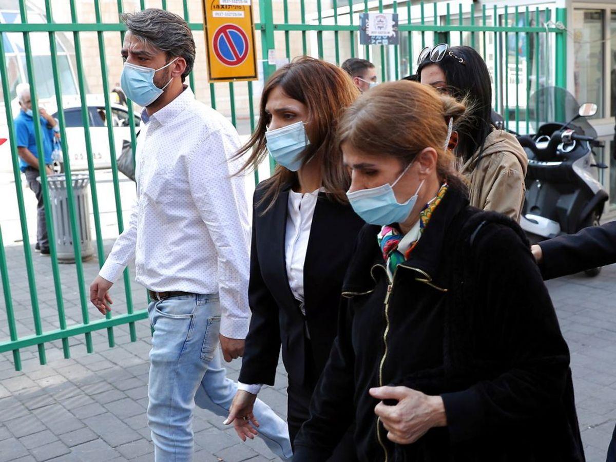Saeb Erekats datter og hustru ved hospitalt. Foto: Ronen Zvulun/Scanpix.