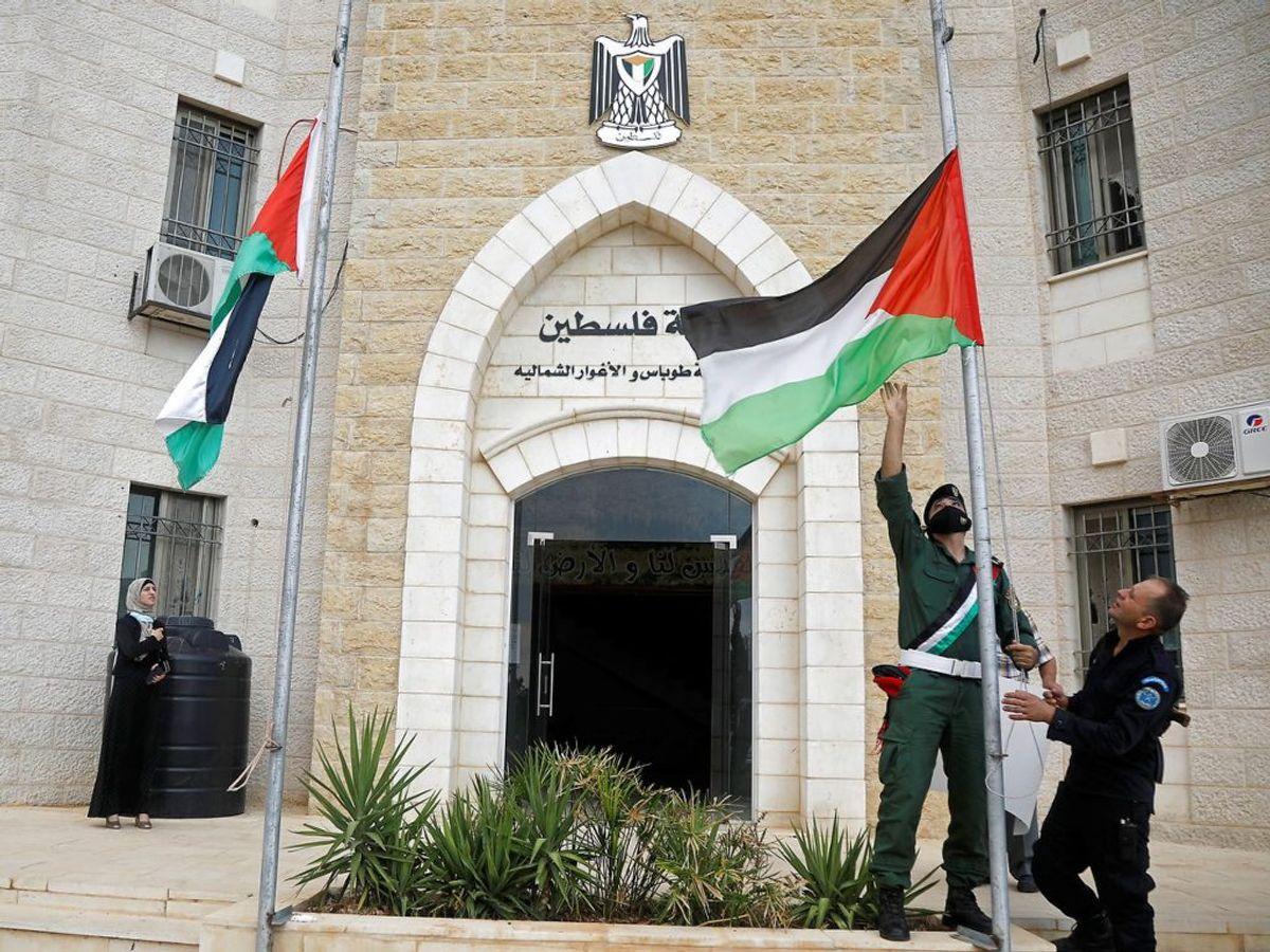 Der flages på halvt efter nyheden om Erekats død. Foto: Raneen Sawafta/Scanpix.