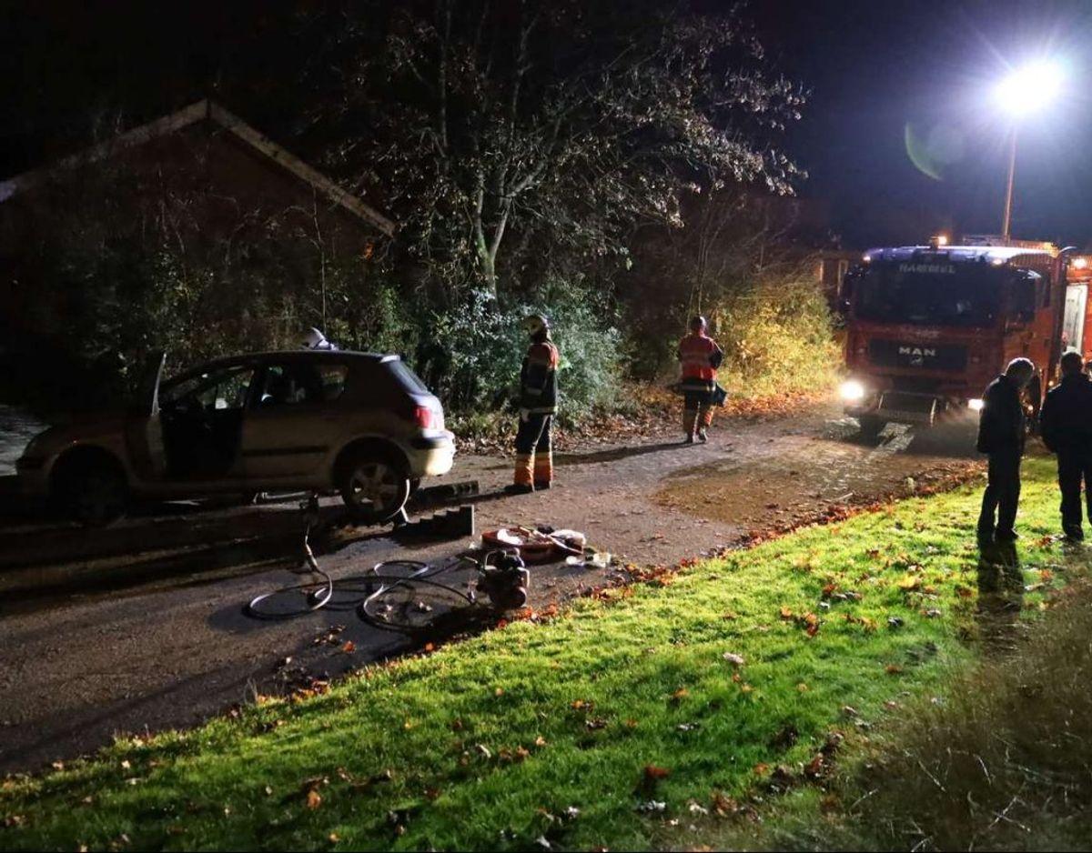 Manden var klemt under bilen, der bakkede. Foto: Øxenholt Foto
