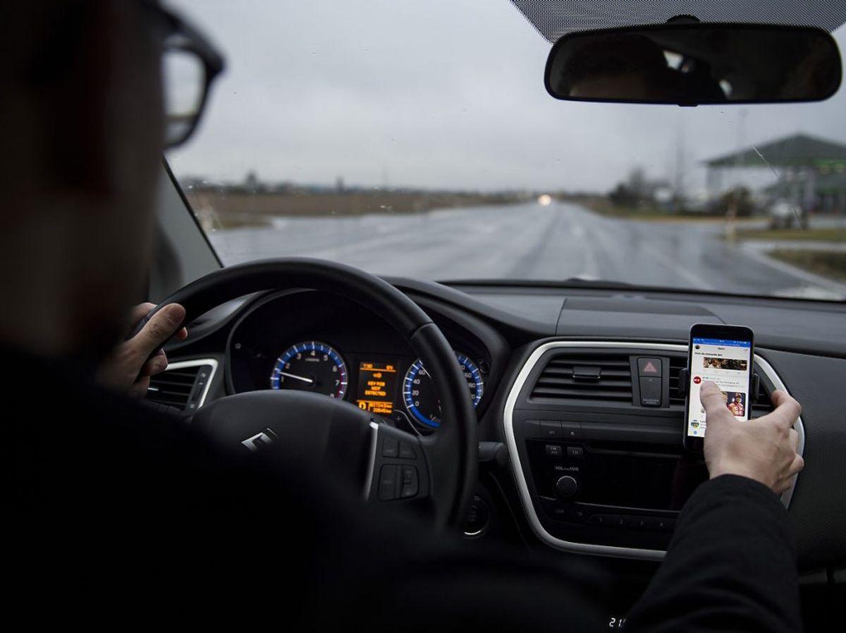 Medlemmerne i LB Forsikring medgiver også, at de til tider ikke kan holde fingrene fra mobilen under kørsel. Foto: Liselotte Sabroe/Scanpix 2018