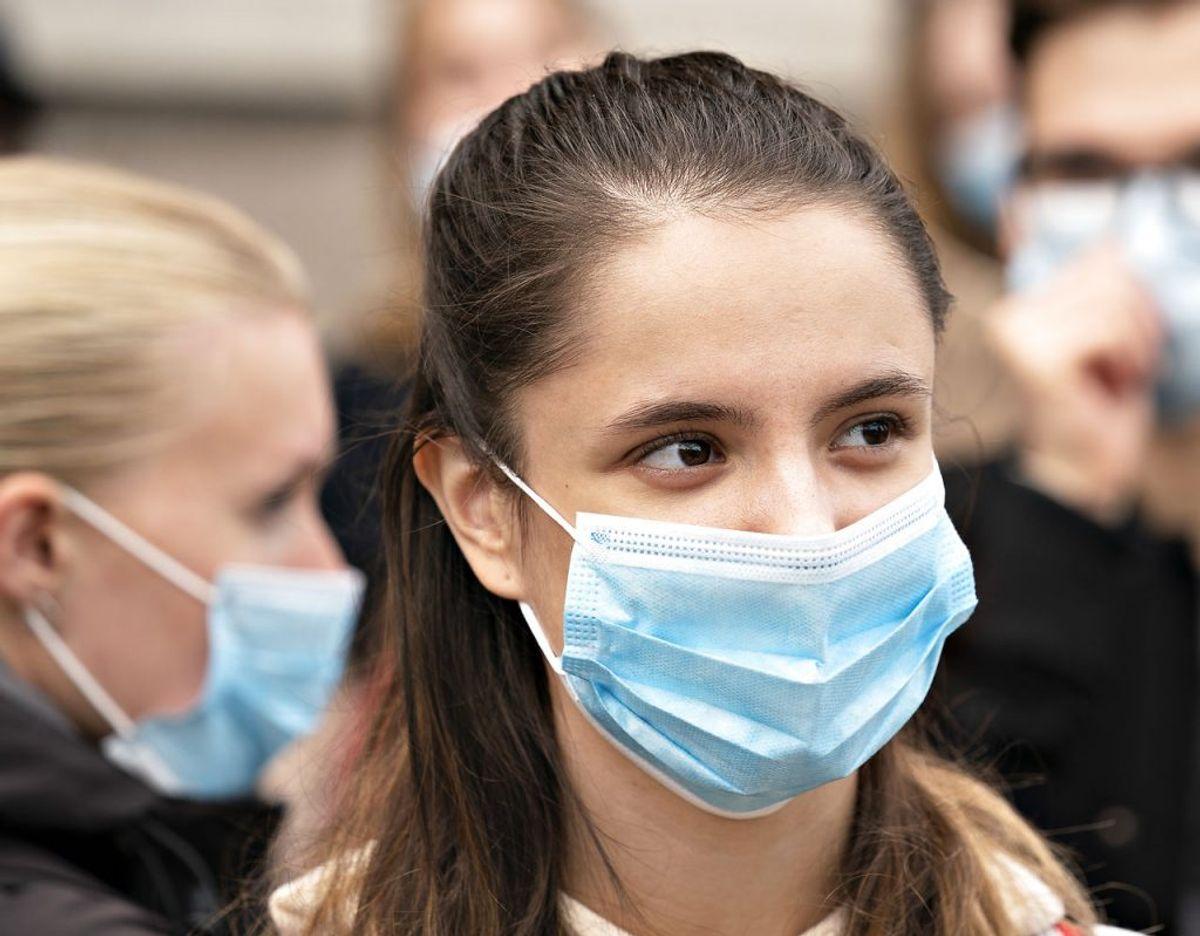 Mundbindet her er faktisk af den anbefalede slags, men det bør klemmes fast til næsen øverst. Foto: Scanpix